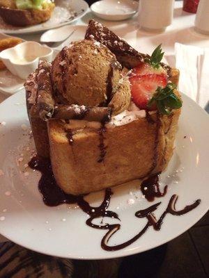 Сан-Франциско. ETC Dessert Cafe. Honey Toast c шоколадным мороженым и клубникой