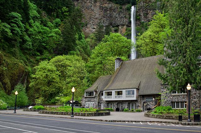 """Ресторан """"Multnomah Lodge"""" на фоне водопада Малтнома"""
