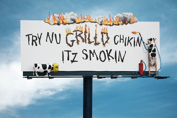 Креативная реклама. Eat Mor Chikin Cowz. Try nu grilld chikin itz smokin