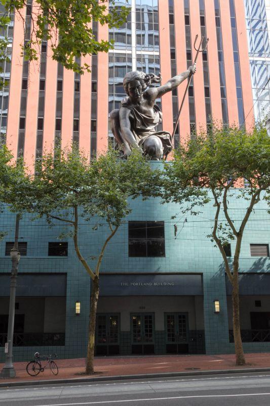 Статуя Портландия над зданием муниципалитета
