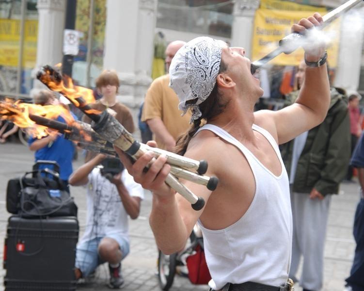 Выступление уличных артистов на субботнем базаре Портленда