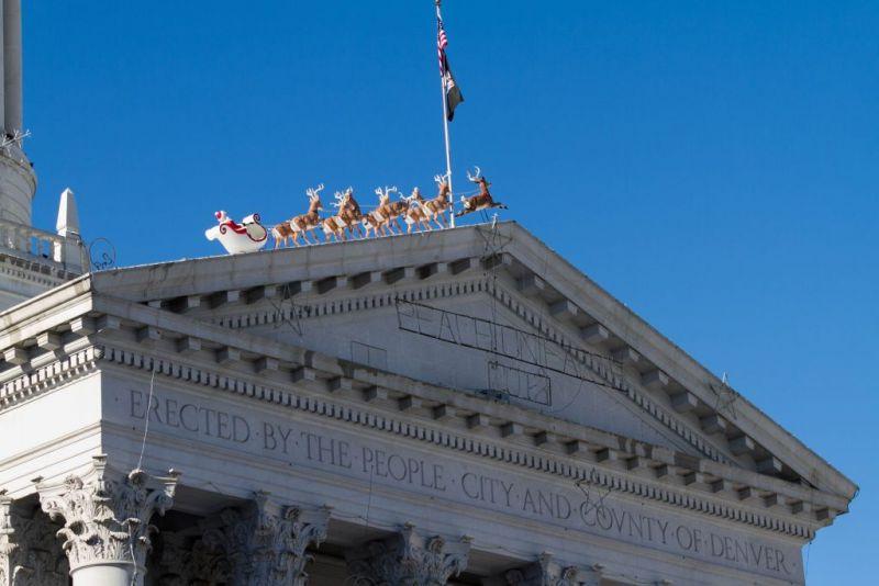 Денвер. Санта и олени на крыше City Hall