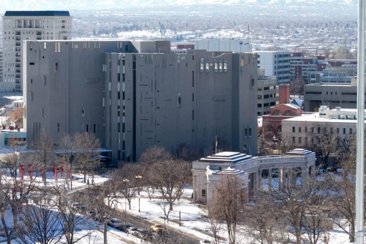 Денвер. Вид со смотровой площадки Капитолия. Здание Денверского музея искусства