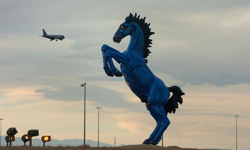 Аэропорт Денвера. Скульпутра лошади