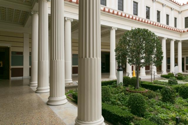 Южная Калифорния Достопримечательности Вилла Гетти (Getty Villa) Колонны внутреннего сада