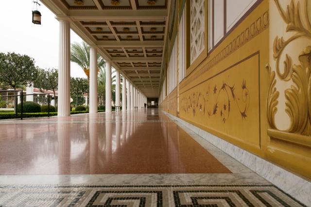 Вилла Гетти (Getty Villa) Боковая колоннада во Внешнем перистиле