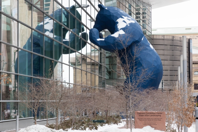 Денвер. Достопримечательности. Синий медведь. Convention Center