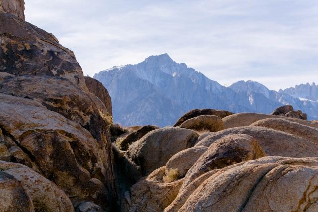 Скалы Алабама Хиллс на фоне гор Сьерра-Невада. Калифорния