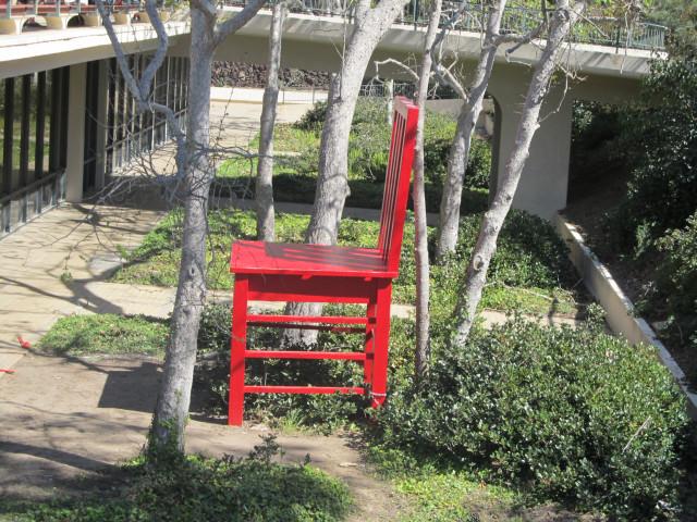 Сан-Диего. UCSD. Большой красный стул
