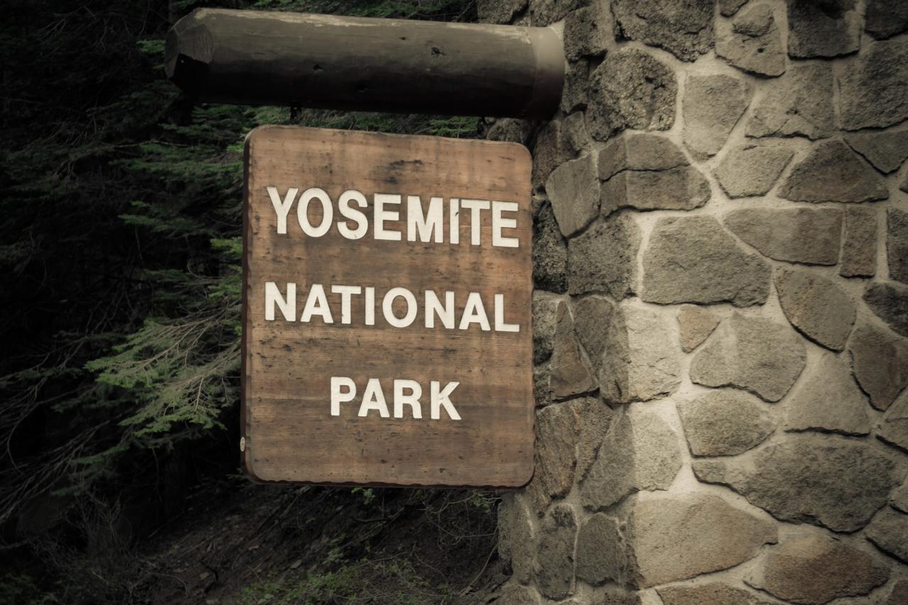 Национальный парк Йосемити. Yosemite National Park. Знак на въезде