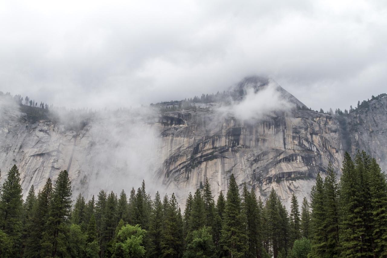 Йосемити парк. Долина Йосемити. Горы Сьерра-Невада и туман