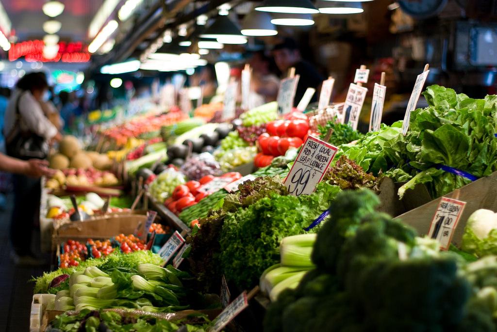 Свежие фрукты и овощи на прилавках фермерского рынка