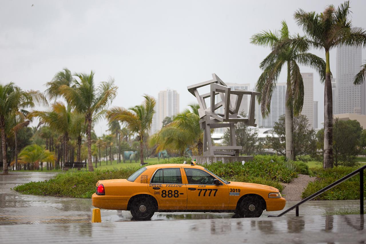 Дождь в Майами. Одинокое желтое такси